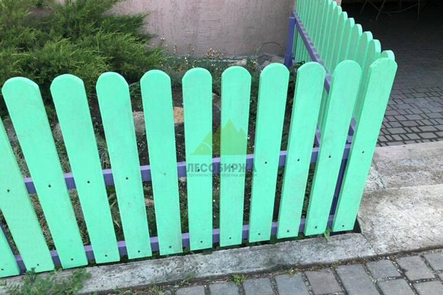 оригинально покрасить забор из штакетника фото пришлось отложить