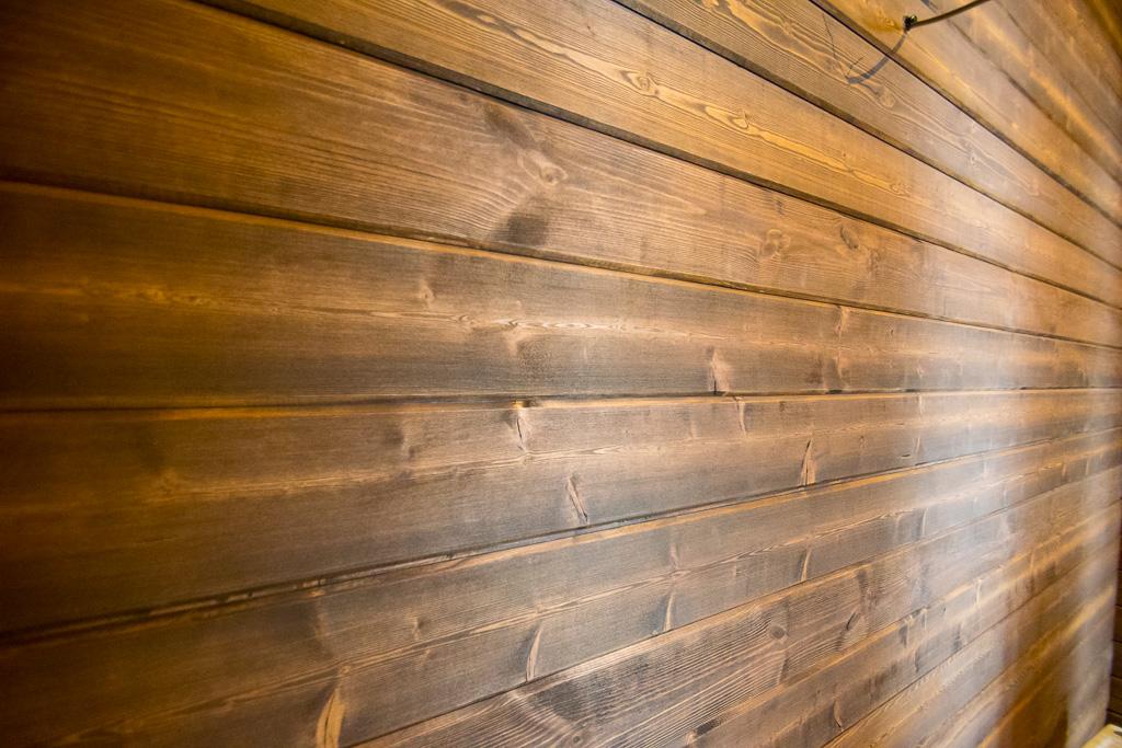 стена обшитая имитацией бруса